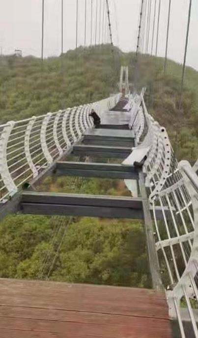 吉林一景区高空栈道玻璃掉落 游客被困