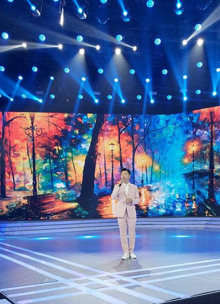 于嘉乐应邀CCTV3《综艺盛典》演唱《再回首》追忆峥嵘岁月